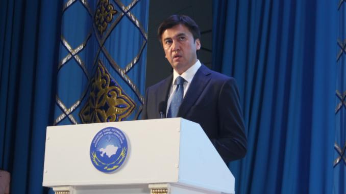 Әбдірахымов Ассамблея сессиясында қазақша сөйлей алмай әбден састы (видео)